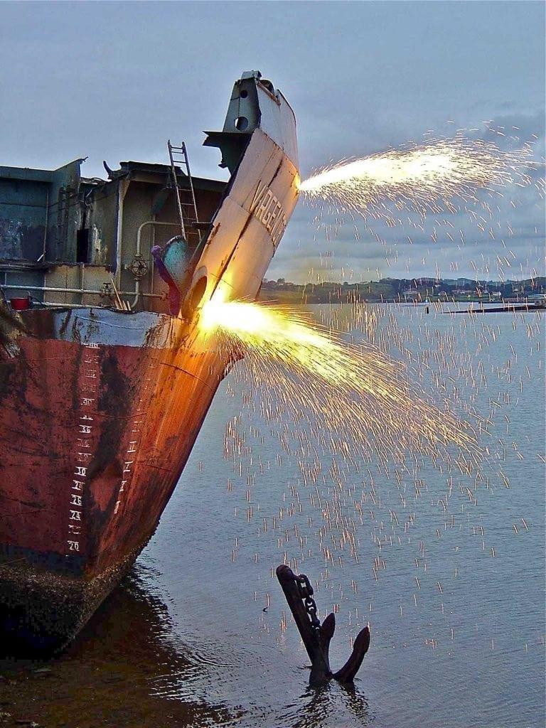 Recuperación de chatarra en desguace de barcos